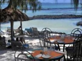 le-morne-village-beach-mauritius-family-at-their_pirogue